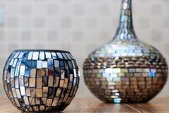 在木桌上的五颜六色的古色古香的镜子设计花瓶有软的背景 免版税库存照片