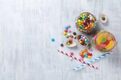 在木桌上的五颜六色的糖果 库存图片
