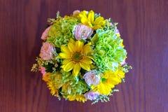 在木桌上的五颜六色的花花束 库存图片