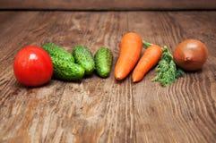 在木桌上的五颜六色的菜 免版税库存图片