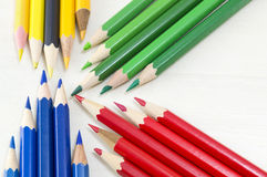 在木桌上的五颜六色的铅笔 免版税图库摄影