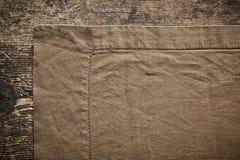 在木桌上的亚麻布餐巾 免版税图库摄影