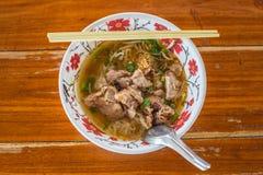 在木桌上的亚洲样式猪肉汤面 免版税库存照片
