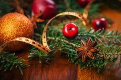 在木桌上的传统圣诞节装饰 免版税库存图片