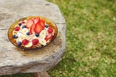 在木桌上的健康早餐 免版税库存图片