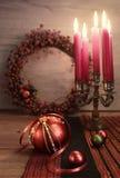 在木桌上的典雅的圣诞节装饰 库存照片