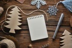 在木桌上的写生簿在圣诞节题材 免版税库存照片