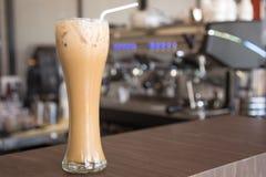 在木桌上的冰冻咖啡在咖啡馆 免版税库存照片