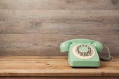 在木桌上的减速火箭的电话 电话中心或支助服务概念 免版税图库摄影