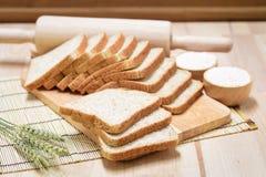 在木桌上的切的面包 库存图片