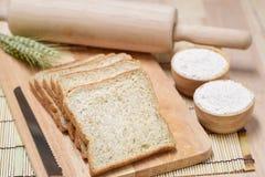 在木桌上的切的面包 库存照片