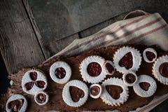 在木桌上的华伦泰的曲奇饼与餐巾和金属 免版税图库摄影