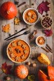 在木桌上的南瓜饼 顶视图 假日食物 免版税库存图片