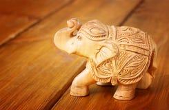 在木桌上的印地安小雕象大象 免版税库存照片