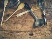 在木桌上的厨房器物 库存照片