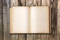 在木桌上的古色古香的书 免版税库存照片