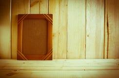 在木桌上的古色古香的照片框架在木背景 库存图片