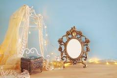 在木桌上的古色古香的空白的维多利亚女王时代的样式框架 准备投入摄影 图库摄影