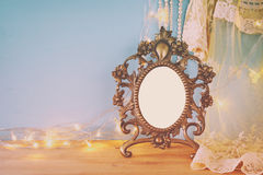 在木桌上的古色古香的空白的维多利亚女王时代的样式框架 图库摄影