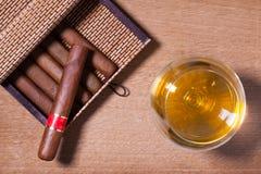 在木桌上的古巴雪茄 免版税库存照片