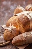 在木桌上的另外面包,面粉,纸袋,绳索 抽象背景褐色排行照片 免版税图库摄影
