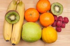 在木桌上的各种各样的果子 免版税库存图片