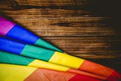 在木桌上的同性恋自豪日旗子 图库摄影