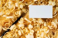 在木桌上的名片有锯木屑的木匠工具的 免版税库存图片