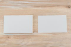 在木桌上的名片 免版税库存照片