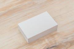 在木桌上的名片 库存图片