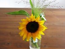 在木桌上的向日葵 免版税图库摄影