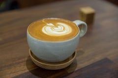 在木桌上的咖啡在咖啡店 库存照片