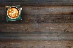 在木桌上的咖啡杯顶视图 免版税图库摄影