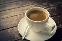 在木桌上的咖啡杯 图库摄影