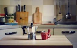 在木桌上的咖啡罐在厨房背景 免版税库存照片