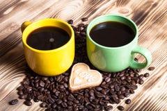 在木桌上的咖啡背景的 选择聚焦 免版税库存照片
