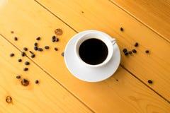 在木桌上的咖啡豆杯子 库存图片