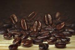 在木桌上的咖啡豆 库存图片
