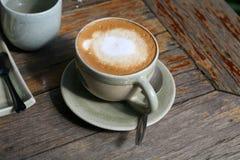 在木桌上的咖啡 免版税库存图片