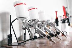 在木桌上的喷枪 在自动服务 使用为工业绘画和涂层 免版税图库摄影