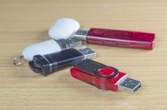 在木桌上的四USB闪光驱动 免版税库存图片