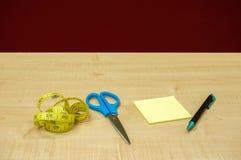 在木桌上的固定式办公室 免版税库存图片