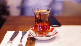 在木桌上的土耳其茶 免版税图库摄影