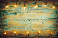 在木桌上的圣诞灯电灯泡 圣诞快乐xmas背景 库存照片