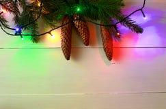 在木桌上的圣诞节五颜六色的光框架 库存图片