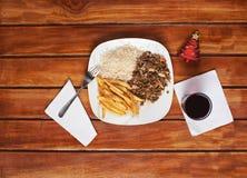 在木桌上的圣诞节午餐 图库摄影