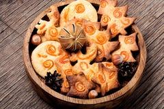 在木桌上的圣诞节曲奇饼 免版税库存照片