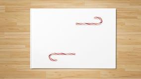 在木桌上的圣诞节红色棒棒糖 免版税库存照片