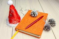 在木桌上的圣诞节背景与copyspace xmas树杉木锥体和雪花顶视图  冷杉分支银 免版税库存图片