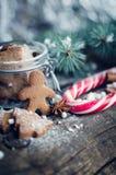 在木桌上的圣诞节自创姜饼人曲奇饼 图库摄影